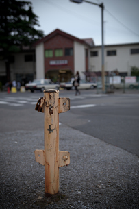 寂しげな駅前のポールの写真素材 [FYI00204702]