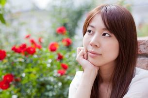 公園でくつろぐ若い女性の写真素材 [FYI00204703]