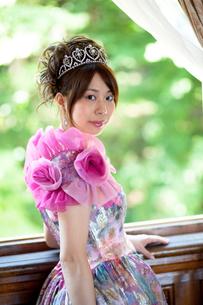 レトロ風ドレスを着た若い女性の写真素材 [FYI00204708]