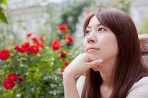 公園でくつろぐ若い女性の写真素材 [FYI00204714]