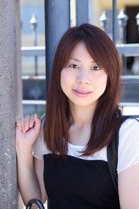 微笑む若い女性の写真素材 [FYI00204728]