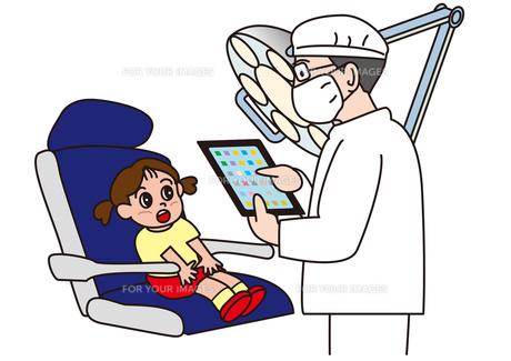 タブレットを使う歯医者と女の子 の素材 [FYI00205387]
