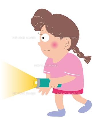 停電で懐中電灯を点ける女の子 の写真素材 [FYI00205418]