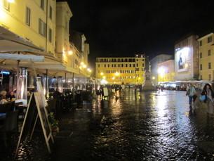 雨と石畳の広場の写真素材 [FYI00206053]
