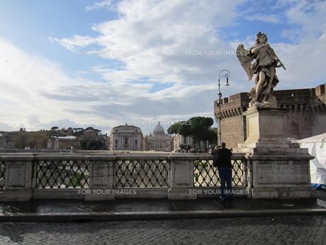 サンタンジェロ橋から臨むサン・ピエトロ大聖堂の素材 [FYI00206088]