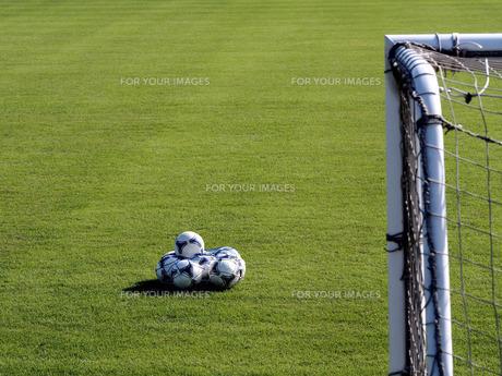 サッカーボールとゴールポストの写真素材 [FYI00206123]