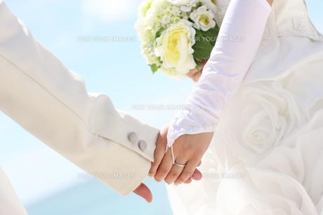 手を繋ぐ新郎と新婦の写真素材 [FYI00206168]