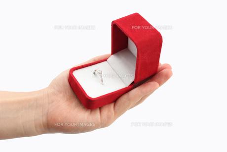 指輪を持つ手の写真素材 [FYI00206203]