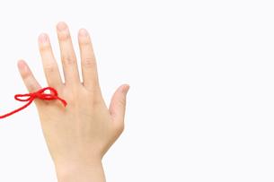 赤い糸と手の写真素材 [FYI00206216]