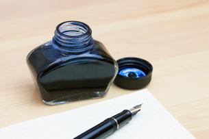 万年筆とインク瓶の写真素材 [FYI00206224]