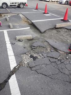 地割れした駐車場の写真素材 [FYI00206488]