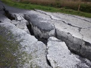 地割れした道路の写真素材 [FYI00206490]