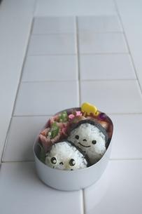 シンプルおにぎり弁当の写真素材 [FYI00206711]