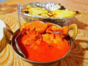 インド、バターチキンカレーとナンの写真素材 [FYI00206858]