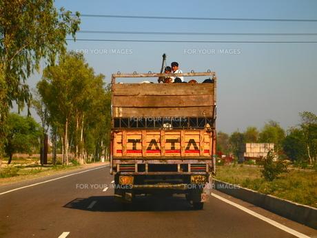 インドの道を走るトラックの写真素材 [FYI00206864]