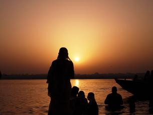 ガンジス川の朝日 祈りの写真素材 [FYI00206872]