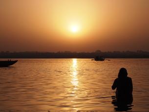 ガンジス川の朝日 沐浴の写真素材 [FYI00206878]