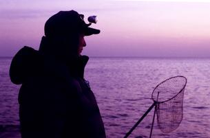江ノ島のチヌ(クロダイ)を狙う漁師の写真素材 [FYI00206910]