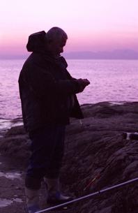 江ノ島のチヌ(クロダイ)を狙う漁師の写真素材 [FYI00206936]