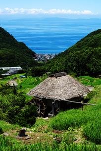 水車小屋と駿河湾の写真素材 [FYI00207017]