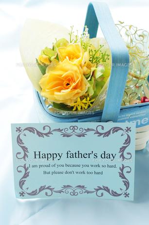 父の日のプレゼント・黄色い薔薇のフラワーアレンジメントの写真素材 [FYI00207061]