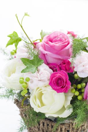 薔薇とカーネーションのフラワーアレンジメントの写真素材 [FYI00207068]