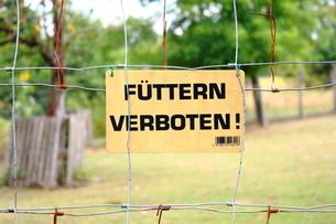 餌やり禁止 Verboten 標識の写真素材 [FYI00207123]