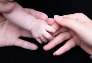 赤ちゃんの手の写真素材 [FYI00207203]