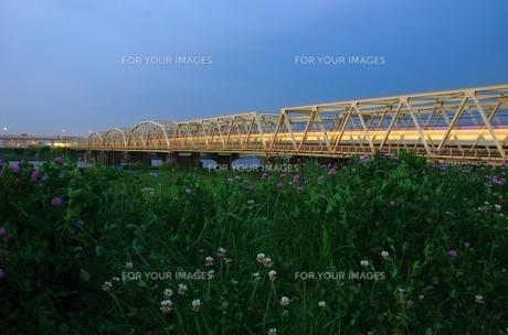 夕暮れ時の鉄橋の素材 [FYI00207368]