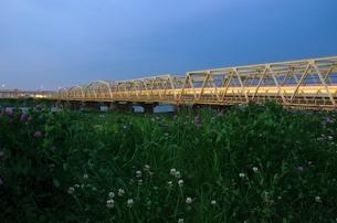 夕暮れ時の鉄橋の写真素材 [FYI00207368]