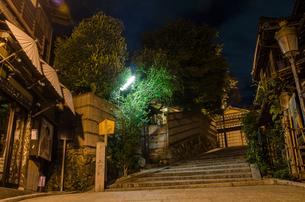 夜の二寧坂の写真素材 [FYI00207375]