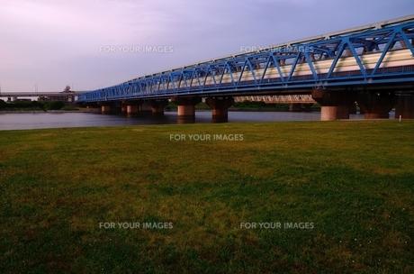 夕暮れ時の鉄橋の素材 [FYI00207382]