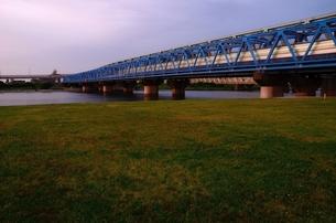 夕暮れ時の鉄橋の写真素材 [FYI00207382]