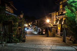 夜の二寧坂の写真素材 [FYI00207384]