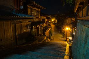 夜の産寧坂の写真素材 [FYI00207391]