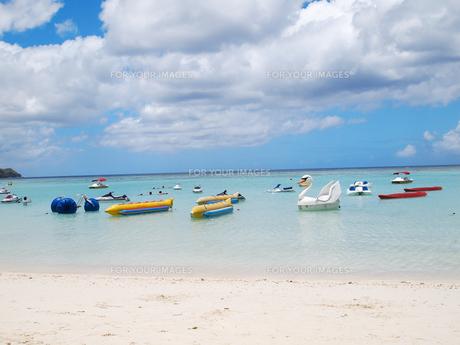 ビーチに浮かぶボートの写真素材 [FYI00207395]