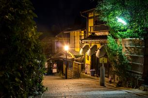 夜の二寧坂の写真素材 [FYI00207406]
