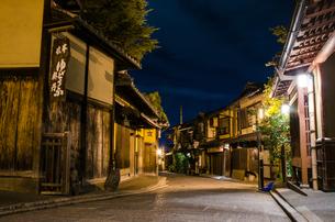 夜の産寧坂の写真素材 [FYI00207407]