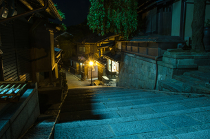 夜の産寧坂の写真素材 [FYI00207411]
