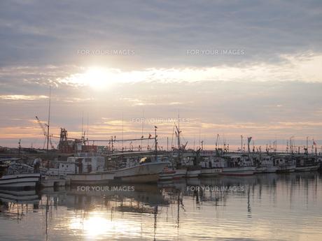 漁船と夕日の写真素材 [FYI00207416]