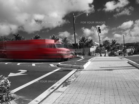 走る赤いトラックの写真素材 [FYI00207423]