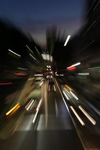 対向車に吸い込まれる体験の写真素材 [FYI00207744]