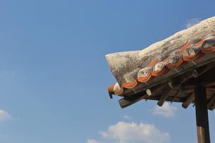 沖縄の民家屋根の写真素材 [FYI00209371]
