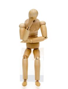 考えるポーズをする人形の写真素材 [FYI00209592]