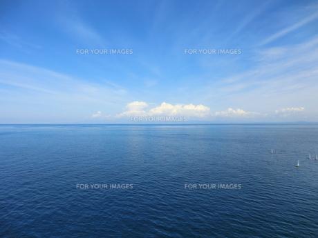 突き抜ける空、深い海の写真素材 [FYI00210472]