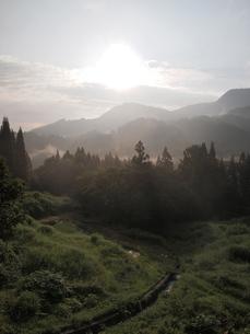 里山の農村の夜明けの写真素材 [FYI00210498]