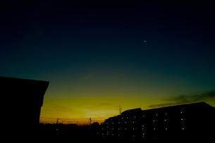夜明けの三日月の写真素材 [FYI00210532]