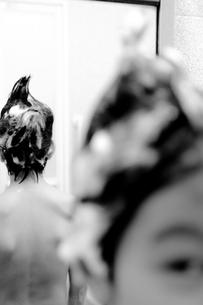 洗髪中の男の子の写真素材 [FYI00210541]