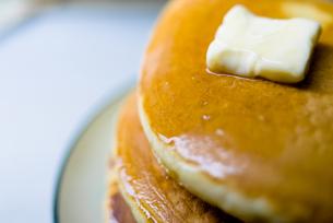 重ねたパンケーキとバターの接写の写真素材 [FYI00210543]