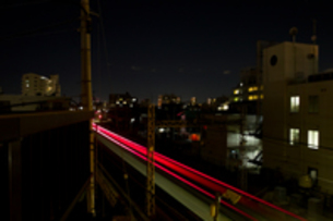 夜の電車のスローシャッターの写真素材 [FYI00210547]